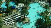 kasino : Time Lapse of Busy Las Vegas Casino Pool Daytime