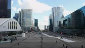Time Lapse Zoom - Personas en La Defense Plaza - Daytime - Paris Francia