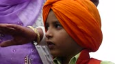 vállkendő : Sikh boy traditional orange headscarf Stock mozgókép