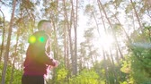 coureur : A young man running in the forest. Medium shot. Lens flare Vidéos Libres De Droits