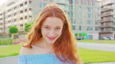 inclinar : Red-haired lady. Emotion. Smile Medium shot
