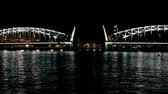night view of the drawbridge of Peter the Great in St. Petersburg Stok Video
