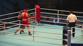 ennemi : hard boxing St. Petersburg, Russia, November 23, 2016 AIBA Youth World Boxing Championships men heavy 91 kg. Boxing match between: RED-Murashev S., Russia, BLUE -Verkhaleu D., Belarus