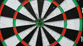 дартс : Arrow hits target bullseye in darts Стоковые видеозаписи
