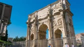 imperatore romano : Hyperlapse triumphal arch in Rome Colosseum in Background