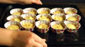 ingrediente : Cooking cupcake. Chef making muffins. Baking muffins. Raw dough cake in cupcake tray. Hands put cupcake tray on wooden table. Cup cake preparation. Vanilla muffins on baking pan. Homemade cakes