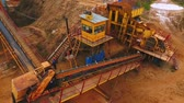 automat : Drone view of sand moving on automatic conveyor belt at sand mine. Mining conveyor sorting sand. Mining equipment at quarry. Aerial view sand mining factory line. Mining industry
