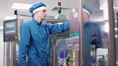 фармацевт : Factory engineer working on manufacturing equipment. Factory worker control production process at pharmaceutical plant. Male employee checking pharmaceutical machine. Pharmaceutical industry