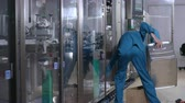 фармацевт : Factory worker service manufacturing equipment. Male operator throw out garbage after production process. Garbage trash at manufacturing line. Factory production process. Pharmaceutical factory