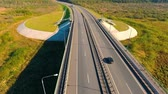 маршрут : Aerial view of highway road. Car bridge. Bird eye view of transport on highway road. Truck driving over bridge. Aerial landscape of highway road. Drone view of highway landscape Стоковые видеозаписи