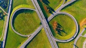 скрестив : Sky view cars driving on intersection highway junctions. Cars moving on highway interchange. Cars traffic on circle road view from above. Interchange highway road. Round road aerial view
