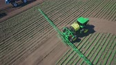 postříkání : Fertilizer spreader. Agricultural sprayer irrigation on farming field. Spraying machine watering plant on agricultural field. Aerial view process pesticide spraying. Watering plant. Fertilizing plant Dostupné videozáznamy