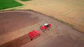 arando : Aerial landscape of agricultural machinery working in field. Agricultural tractor on farming field. Farming machine ploughed field. Agriculture landscape. Farming industry