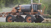 pulverizador : Agricultural sprayer moving on agricultural field. Spraying machine driving on field. Agricultural machinery for field irrigation