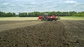 arando : Agricultural tractor plowing farming field. Farming tractor on agricultural field. Farming machinery on plowing field Vídeos