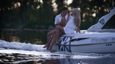 szampan : Lovely charming couple relaxing on floating boat. Love couple drinking champagne on yacht. Romantic boating on river in evening. Happy lovers celebrating