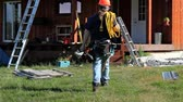 melhoria : Workman walking towards house ready to complete construction project Vídeos