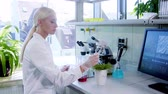 innoveren : Female scientist working in modern lab. Doctor making microbiology research. Biotechnology, chemistry, bacteriology, virology, dna and health care concept.