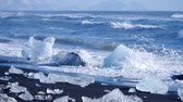 antarktida : Ocean waves washed icebergs. Ice and Snow Winter Landscape Global Warming Dostupné videozáznamy