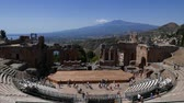 sicílie : Ruins of the ancient Greek theater of Taormina with the Etna in the background