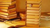 ohodnocení : Stack of books with an inscription SUMMER BOOK. Stop motion