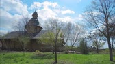 cobre : 4K time-lapse. The wooden church in the old Russian style with a golden cross in the park of the city of Kiev