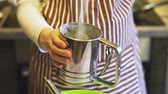vasilha : Close-up of a female hand sifting flour with a sieve mug in a green bowl in the home kitchen. Cooking pancakes