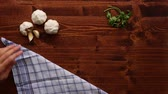 kasap : Wooden table for cooking. Garlic on a wooden texture. Stok Video