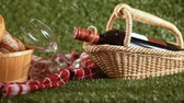 vinho tinto : Wine and picnic basket on the grass