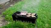 grelhado : Summer time grill on the grass. A well known process done fine Stock Footage