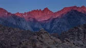 горная вершина : Mount Whitney Sunrise - Time lapse sunrise on the tallest mountain in the lower 48 states, Mount Whitney. Стоковые видеозаписи