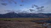 горная вершина : High Sierras - Early morning time lapse of clouds rolling over snowy sierra mountains.