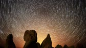 звездообразования : Astrophotography time lapse footage of star trails over monolithic formations in Trona Pinnacles