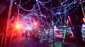 неузнаваемый : Time Lapse of Holiday Illumination and Crowds Tilt Up