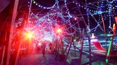 неузнаваемый : Time Lapse of Holiday Illumination and Crowds Zoom In