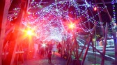 неузнаваемый : Time Lapse of Holiday Illumination and Crowds Zoom Out
