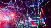 неузнаваемый : 4K Time Lapse of Holiday Illumination and Crowds Pan Left