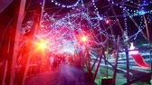 неузнаваемый : 4K Time Lapse of Holiday Illumination and Crowds Zoom Out Стоковые видеозаписи