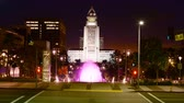 corte : 4K Time lapse footage with zoom in motion of the fountain at Los Angeles City Hall at night Vídeos