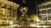 negócio : Time lapse footage with tilt up motion of statue at Music Center in Downtown LA with moon setting in the background