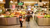 negócio : 4K time lapse footage with pan right motion of shoppers at historic Grand Central Market in downtown Los Angeles, California