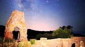 magický : Astrophotography time lapse footage of milky way galaxy spanning over arch-shaped abandoned brick ruin structure at Knapps Castle in Santa Barbala, California