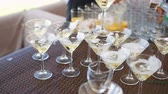 banquette : Swirling the wine with smoke in the glass at the festival Stock Footage