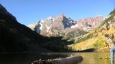 осень : Sunrise at Maroon Bells in Fall Стоковые видеозаписи