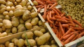 raiz de beterraba : Countertop with carrots and potatoes at a farmers market Stock Footage
