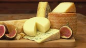 puré : Panorama of pieces French of cheese and figs on a wooden table