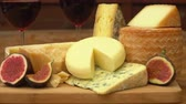 mırlamak : Panorama of pieces French of cheese and figs on a wooden table