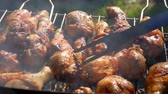 rozmaring : Close-up chicken legs roasted on a grill outdoors