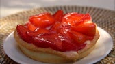 torte salate : Small strawberry cake is lying on a white plate