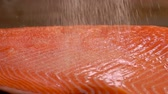 zalm : Close-up of salt strewed on raw salmon fillet on a cutting board